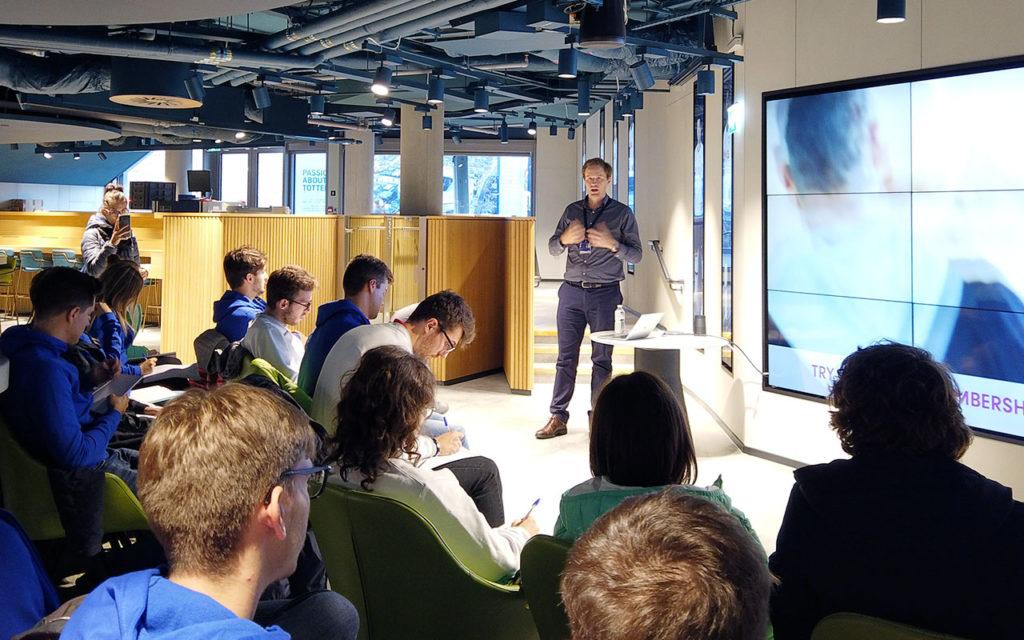 Alexander Thorpe durante il meeting con gli studenti